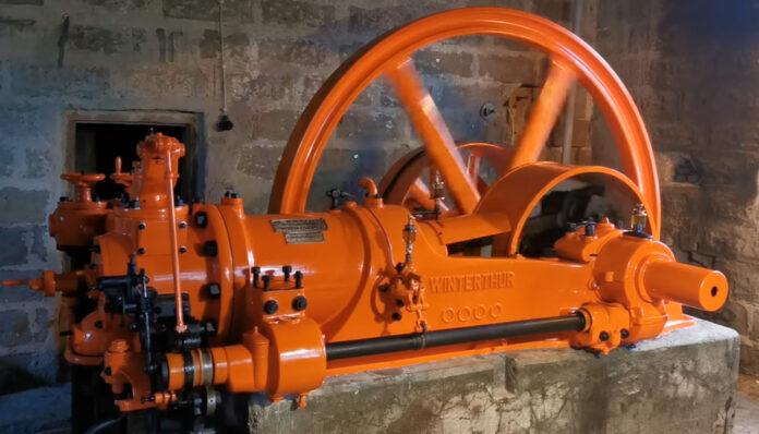 Odrestaurowany silnik gazowy w młynie w Niegowie
